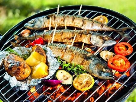 Риба скумрия маринована в лук, бяло вино и зехтин печена на скара, жар или барбекю - снимка на рецептата